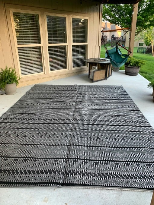 Outdoor rug in black and white